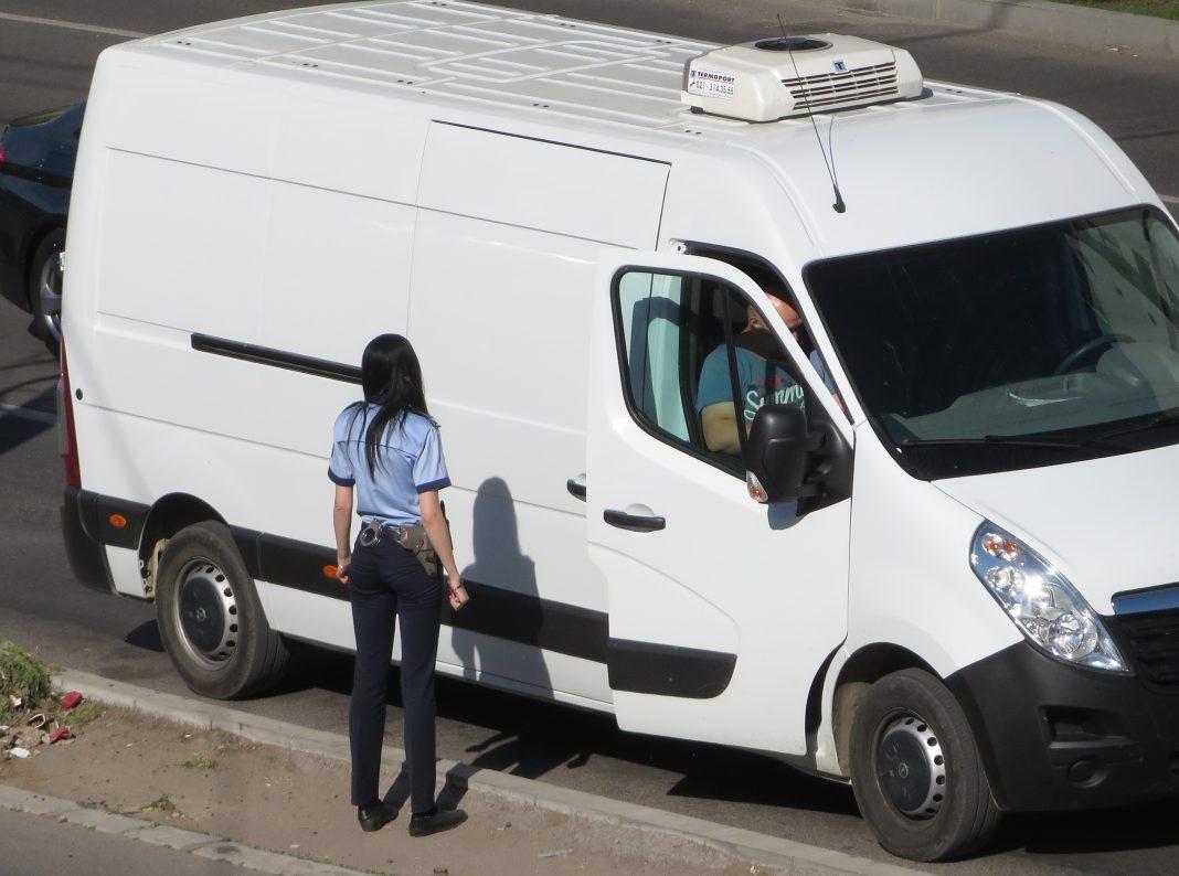 Poliția în acțiune. Mașini oprite în trafic, controale la societăți comerciale