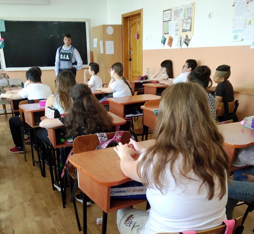 Polițiștii reamintesc elevilor principalele reguli pentru o conduită integră