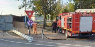 Camion cu cereale răsturnat la sensul giratoriu de la Lacu Sărat