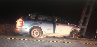 Un șofer băut a intrat cu mașina într-un stâlp pe marginea DJ 221